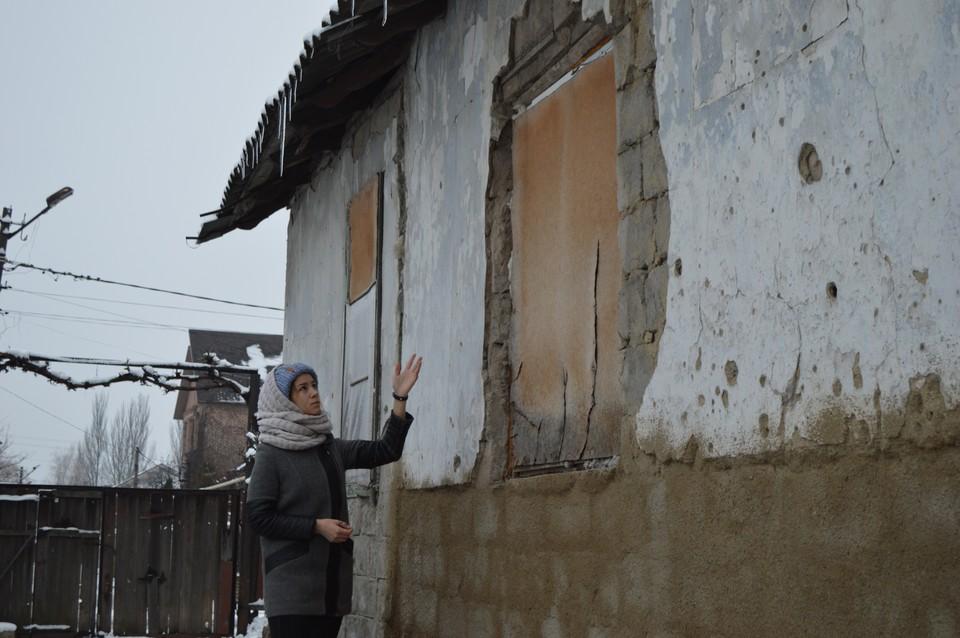 Маргарита показывает последствия разрыва украинского снаряда. Фасад посечен, взрывной волной вырвало пять металлопластиковых окон