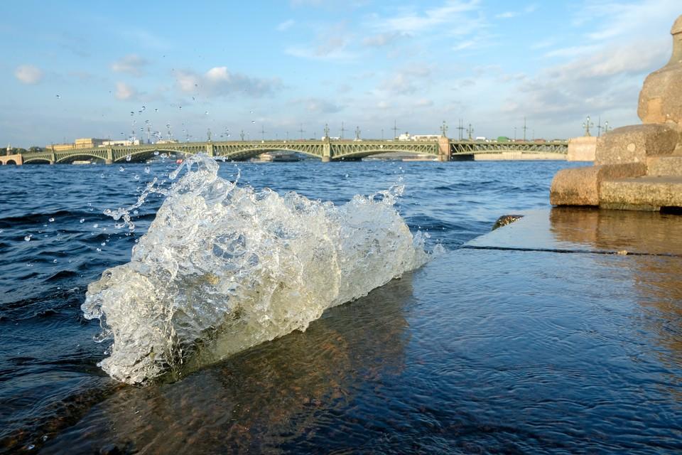 Вода в Неве поднялась больше чем на метр.