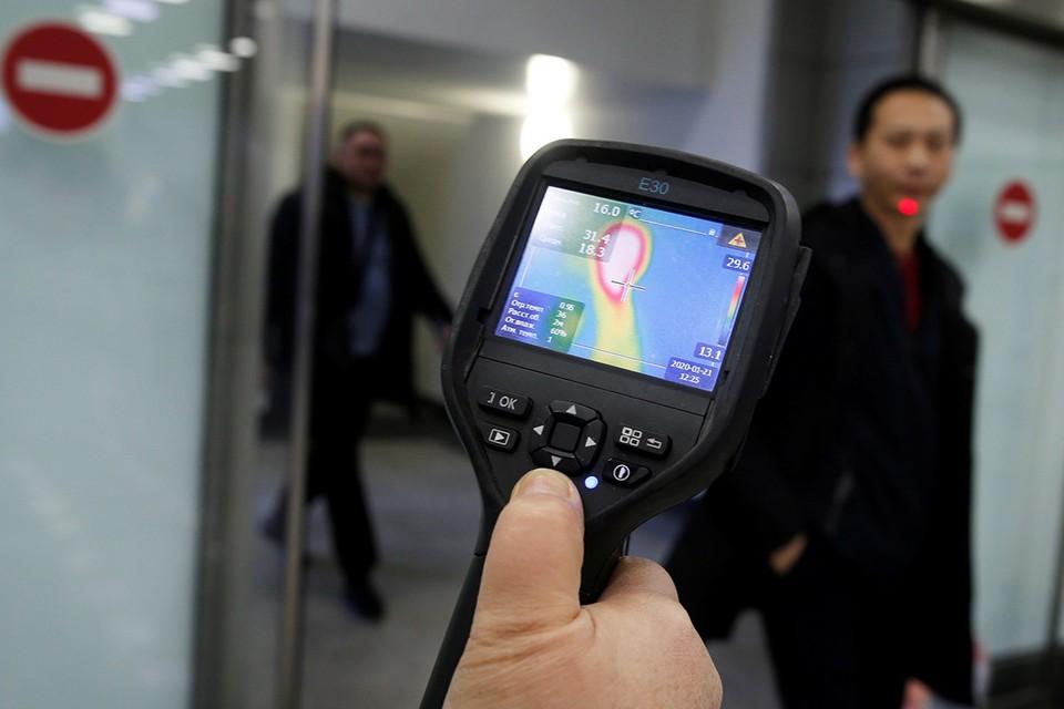 Проверка пассажиров рейса из Китая в аэропорту Алма-Аты, Казахстан.
