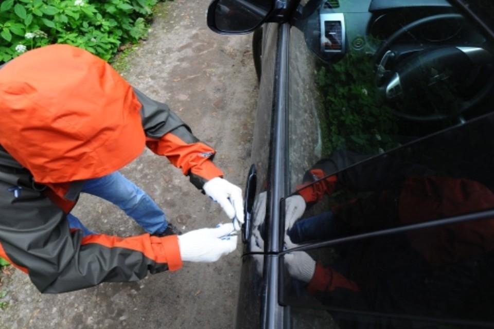 Мужчина ловко вскрыл машину и завел ее
