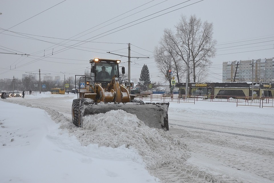 Дорожники не успевают убирать снег