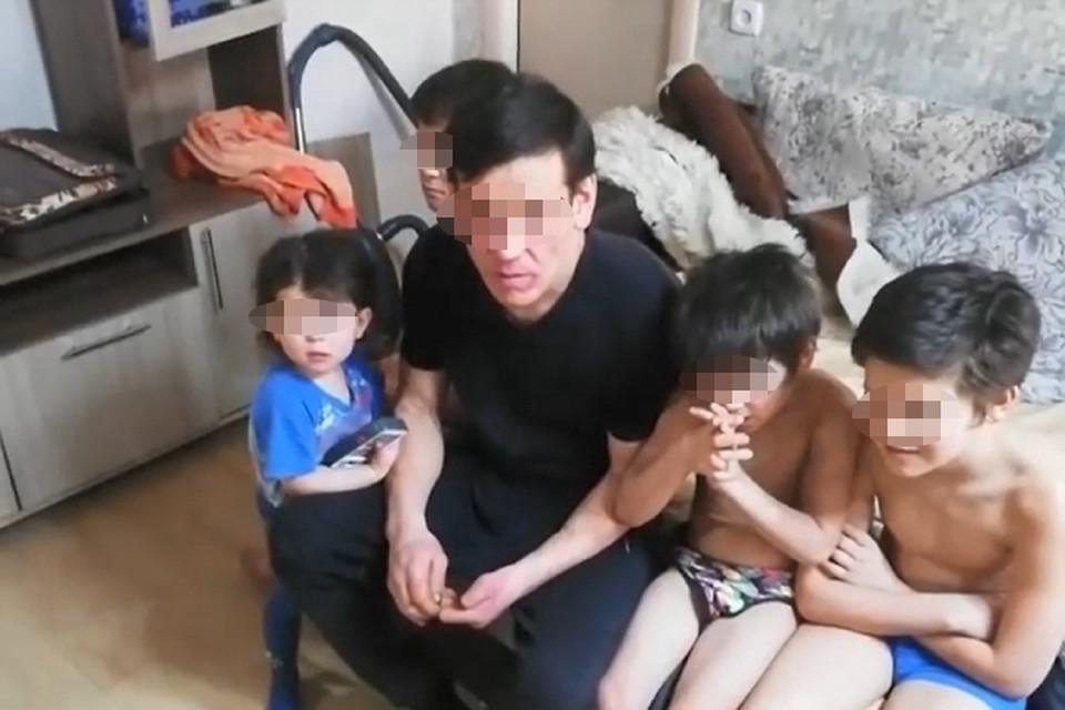 Четверых детей, вместе с отцом зимующих в разрушенном доме, нашли в Чите. Фото предоставлено Евгением Федоровым.