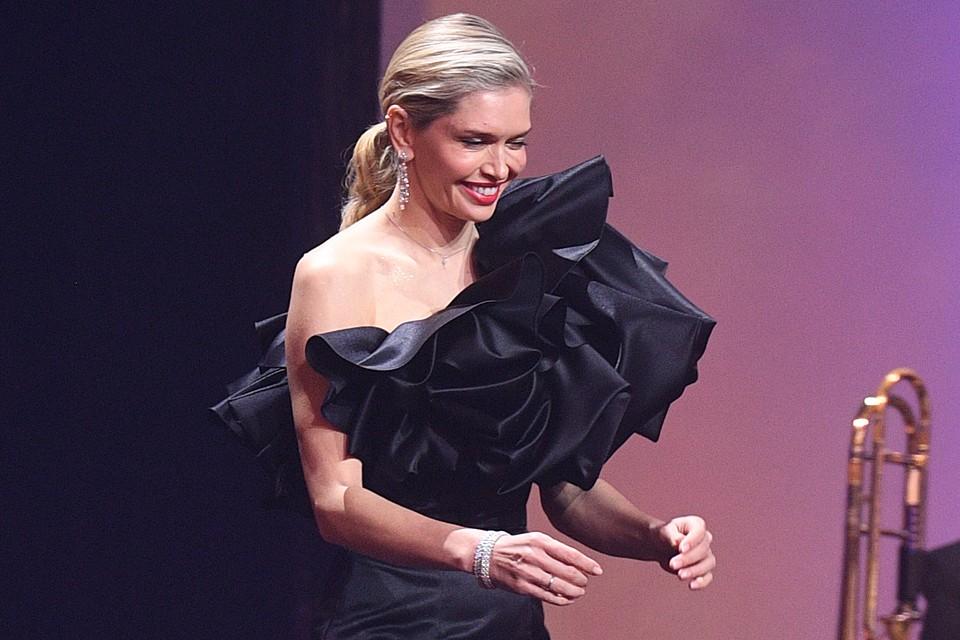 Номинантов в области киноискусства на кинопремии «Золотой орёл» внезапно вышла объявлять поп-звезда Вера Брежнева