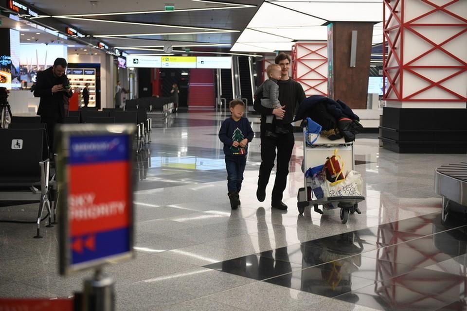 В правительстве Хабаровского края сообщили: мать двоих детей, брошенных в аэропорту Шереметьево, не знала что ее дети в Москве