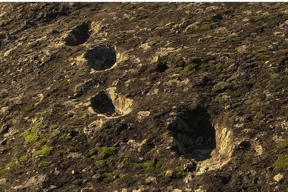 Следы выглядят вмятинами в камне.
