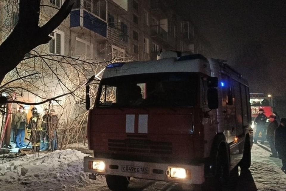 В Канске пожарные спасли из горящей пятиэтажки 42 человека. Фото: пресс-служба МЧС