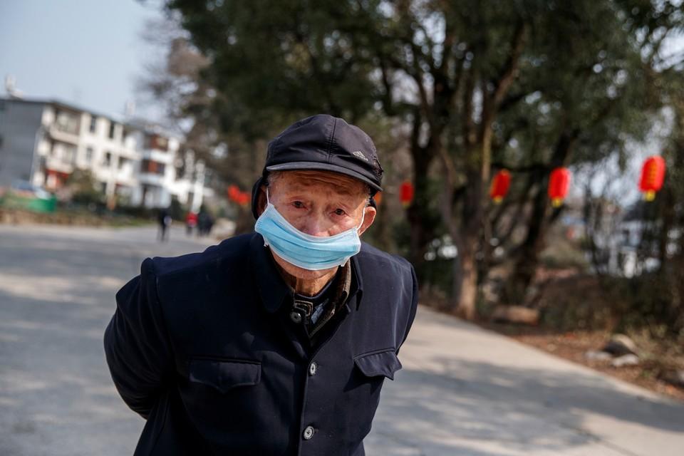 В Китае из-за распространения коронавируса закрываются сети крупнейших магазинов и кафе.