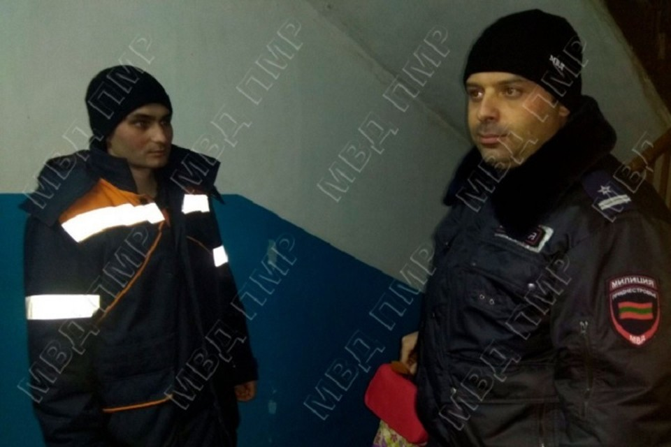 Участковый вызвал спасателей, которые и вскрыли дверь в квартиру (Фото: МВД Приднестровья).