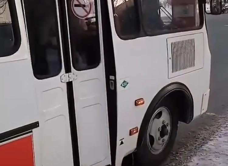 Маршрутка остановилась, водитель выкинул пассажира.