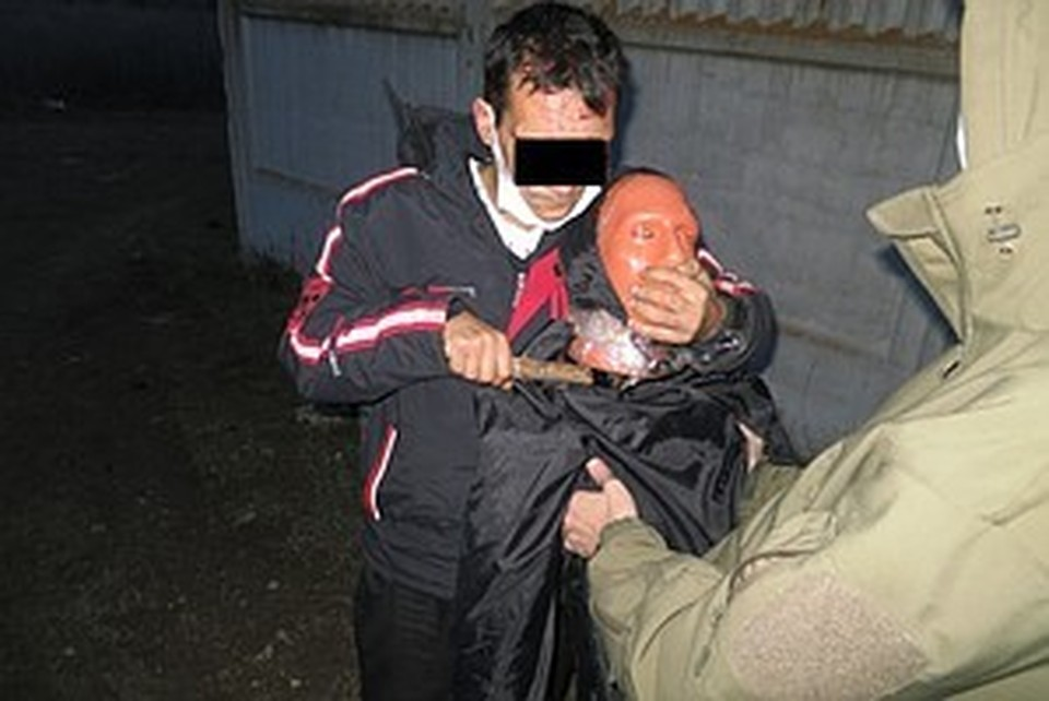 Подозреваемый на следственном эксперименте показал, как убивал женщину. Фото: ГСУ СК РФ по Республике Крым и г.Севастополю