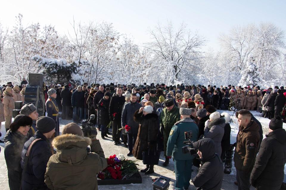 У памятника герою ДНР прошел митинг-реквием «Герои никогда не умирают».
