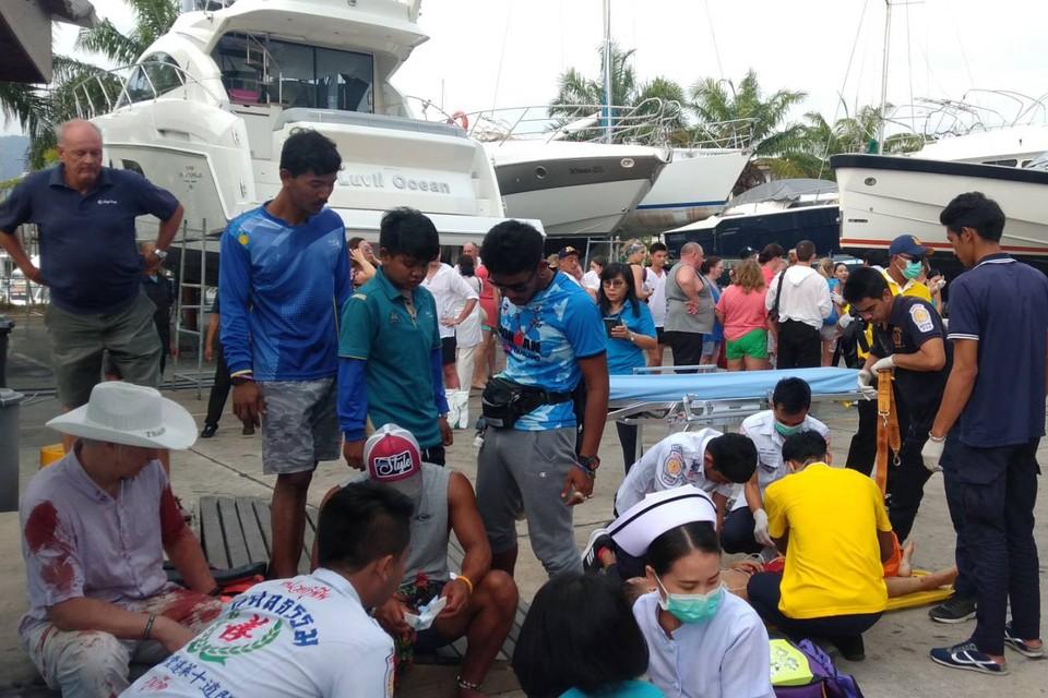 На одном из катеров находились тайцы, на другом - российские туристы. Фото: twitter.com/Ruamduay