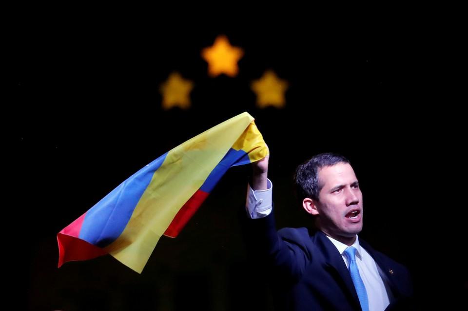 Хуан Гуайдо с флагом Венесуэлы в Мадриде.