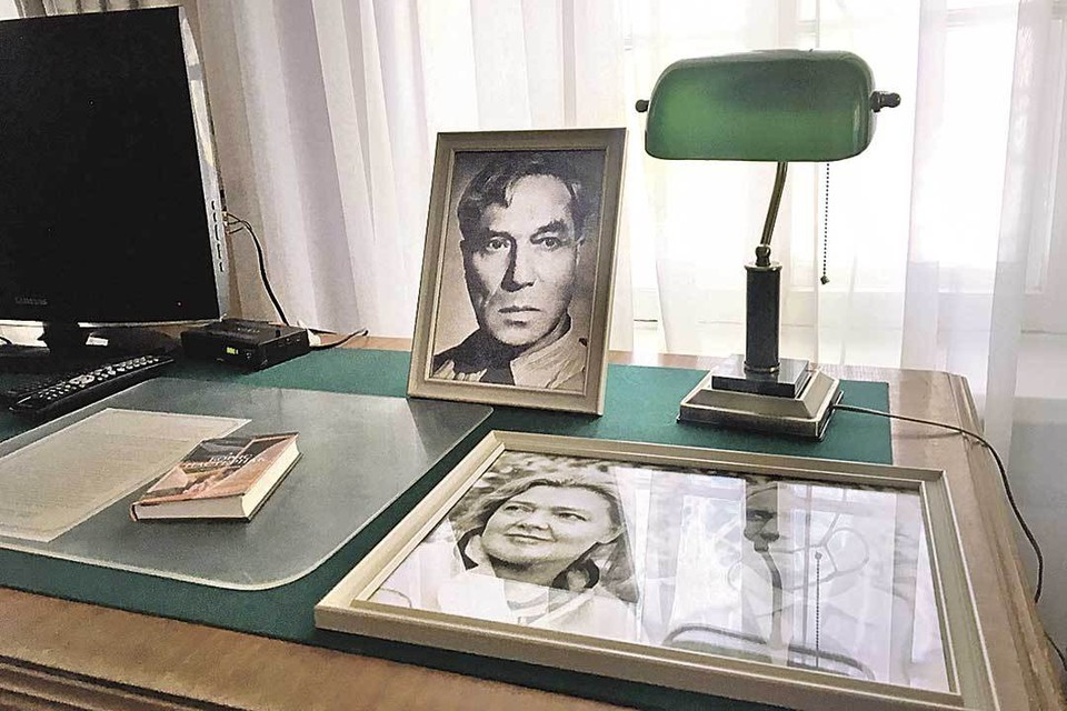 На столе в номере портрет поэта. Распечатка стихотворения про усадьбу, написанного здесь. Фото поэта с подругой Ольгой Ивинской.
