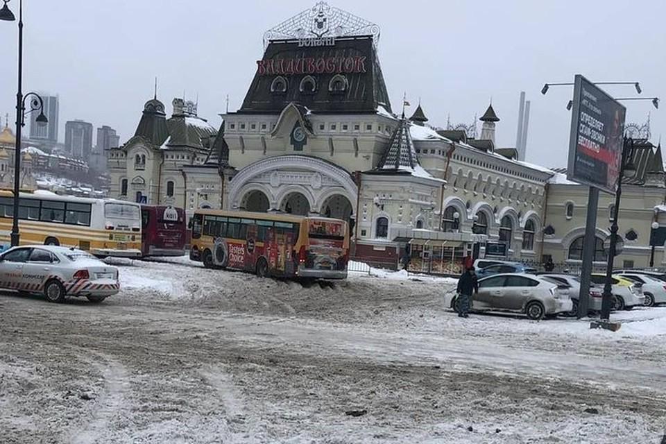 Мощный снегопад принес во Владивосток месячную норму осадков. Непогода внесла корректировку в работу транспорта. Фото: dpskontrol125rus