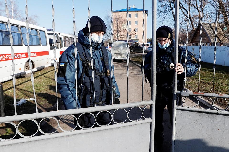 Эвакуированных из Китая украинцев пришлось защищать от собственных сограждан