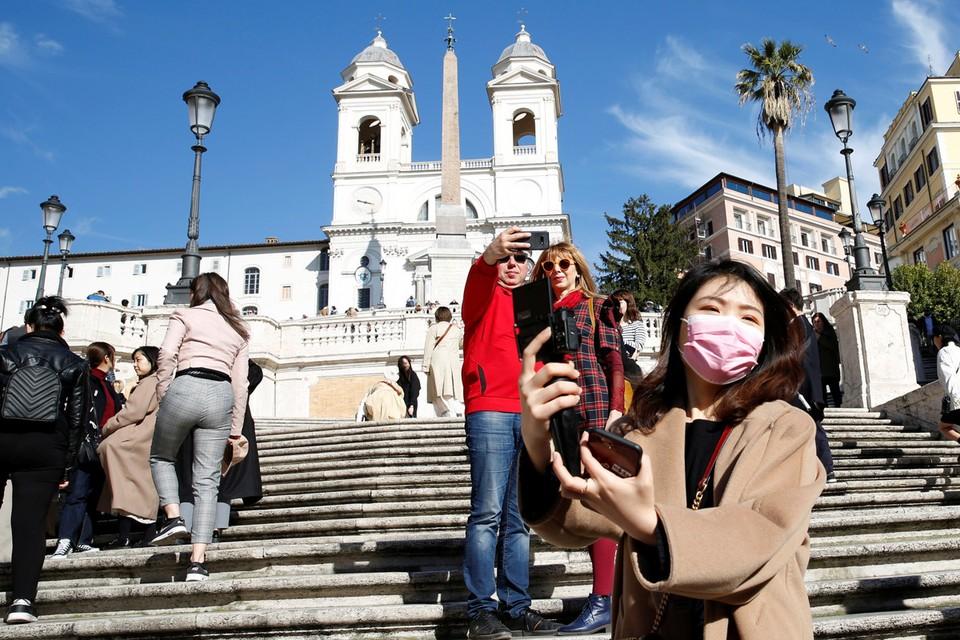 Туристы на Испанских ступенях в Риме.