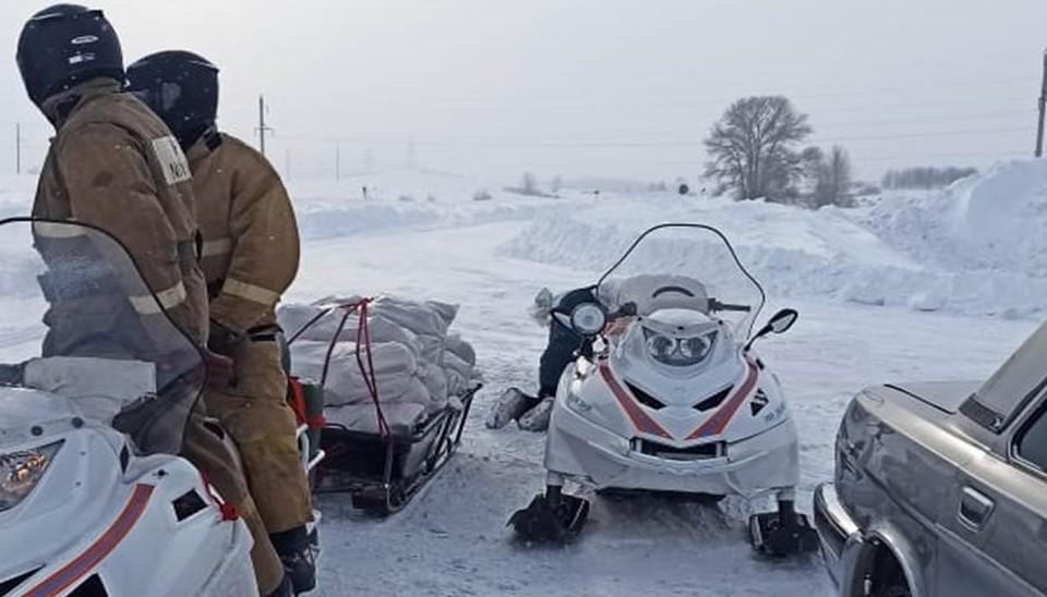 Спасатели доставили продукты в заваленное снегом алтайское село
