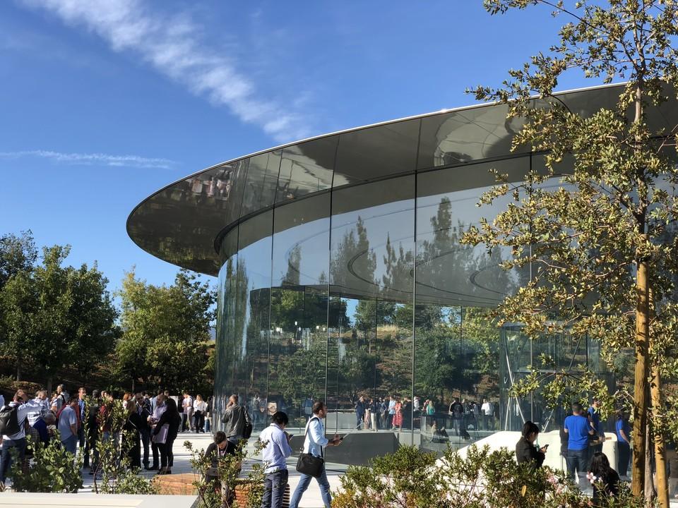 Руководство компании Apple предложило перейти на удалённую работу всем 12 тысячам своих сотрудников в штаб-квартире в Купертино из-за угрозы распространения коронавируса в штате Калифорния
