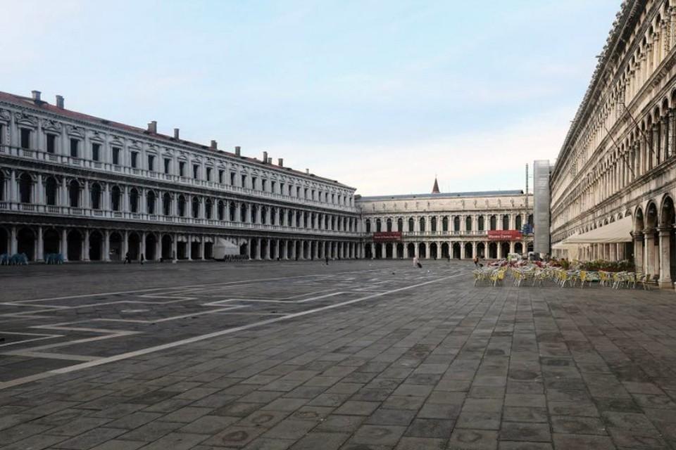 Улицы и площади городов опустели