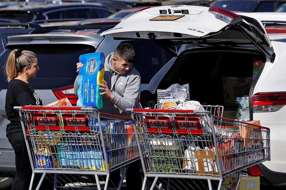 Из-за угрозы коронавируса в магазинах Москвы начался покупательский бум.