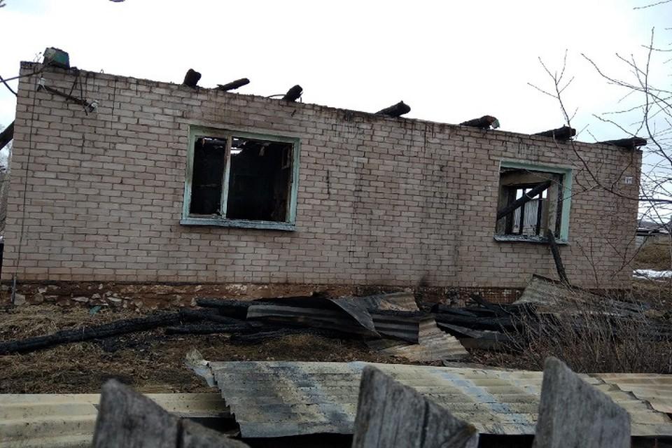 После пожара от дома остались только стены