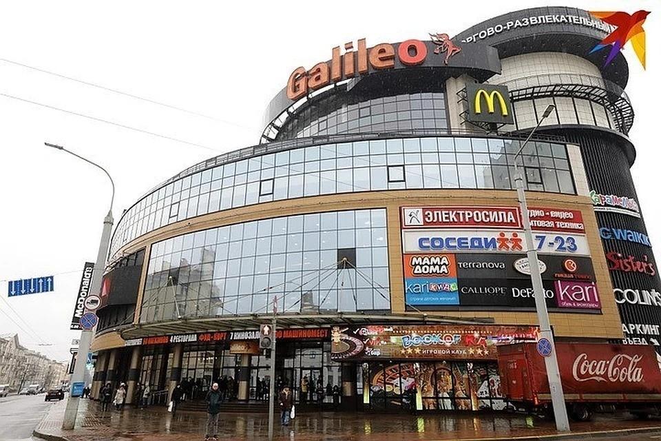 Продавцы торгового центра рассказывают, что поток посетителей за последнее время заметно снизился