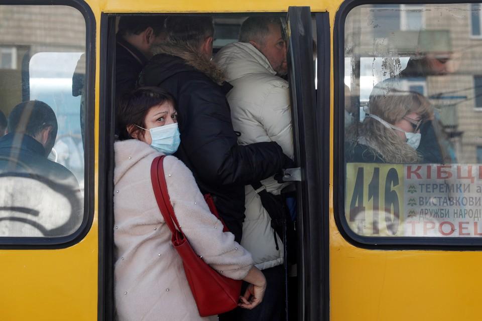Mаршруток выходит на рейсы мало, и народ в них набивается как сельди в банке