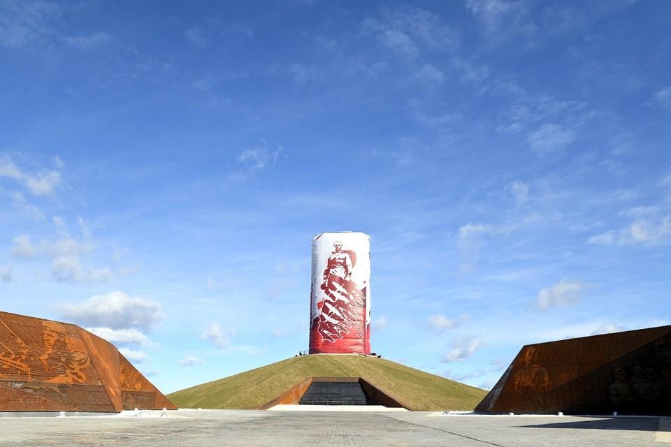 Пока исполинский памятник Советскому солдату скрыт за полотном. Фото: ПТО
