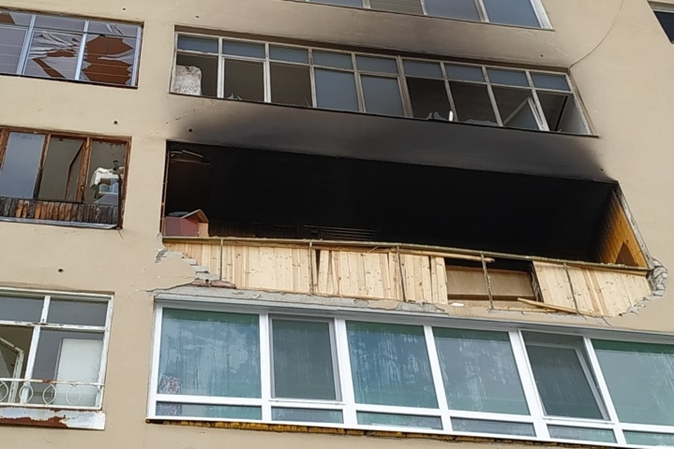 На лоджии с другой стороны дома тоже бушевало пламя.