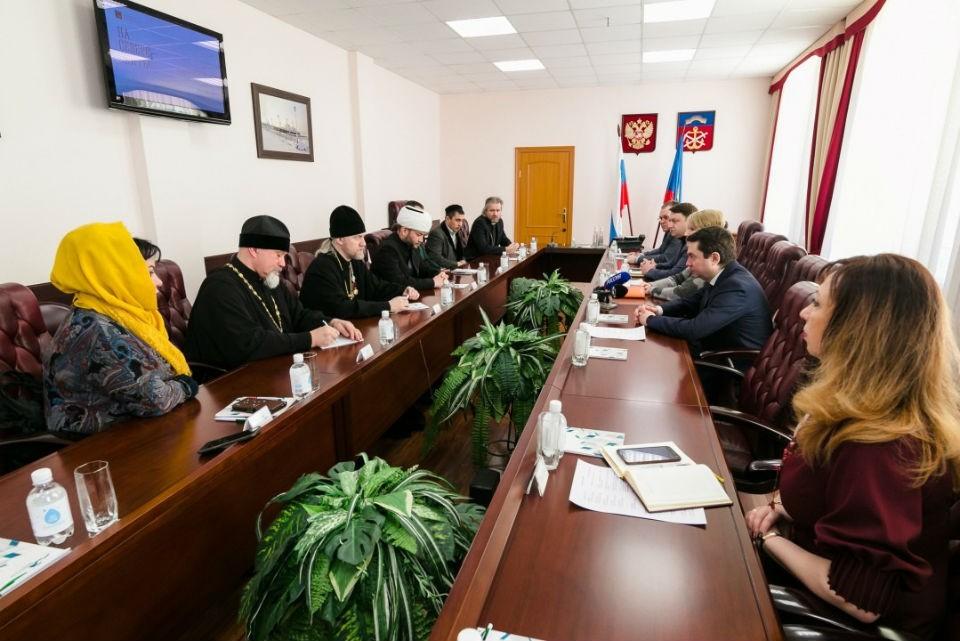 Глава региона встретился с представителями религиозных организаций Мурманской области. Фото: правительство Мурманской области
