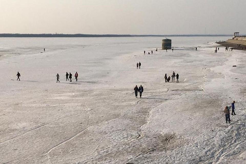 По тонкому льду: в Хабаровском крае люди рискуют жизнью ради красивых фотографий Амура