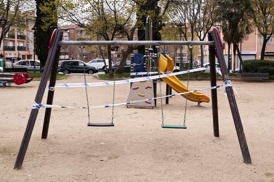 В Ростпотребнадзоре советуют избегать посещение общественных мест, в том числе и детских площадок, парков