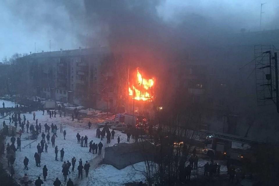 После взрыва начался пожар. В огне оказались несколько квартир на разных этажах. Фото: Чёрное&Белое Магнитогорск/vk.com