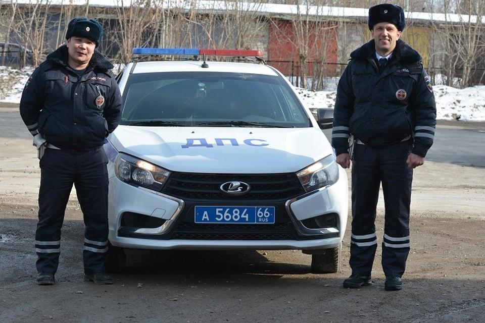 Старший лейтенант полиции Нурлан Ахметов и старлей Александр Киселев экстренно приехал к зданию райотдела. Фото: Валерий Горелых