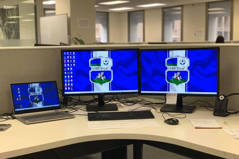 """В """"Слуцка"""" резко прибавилось болельщиков по всему миру. Австралиец показал, как выглядит его рабочее место. Фото: Dejan Nikolic /facebook.com/groups/fkslutskworldwide/"""