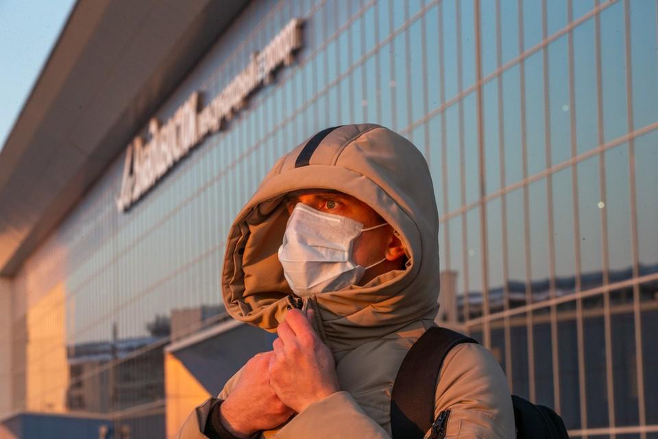 Аэропорт Владивостока продолжает принимать рейсы из-за границы, на которых эвакуируются россияне. Фото: Антон Петлица