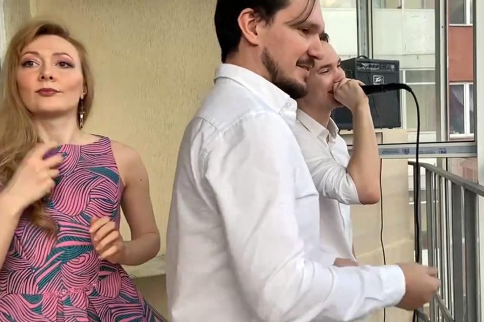 Артисты оперного театра Челябинска устроили концерт на балконе. Скрин из видео https://vk.com/chelopera_ballet