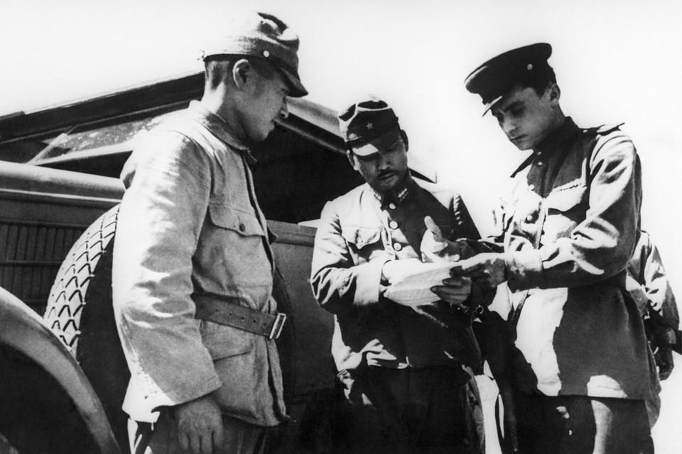 Японский представитель докладывает советскому офицеру о ходе капитуляции его части