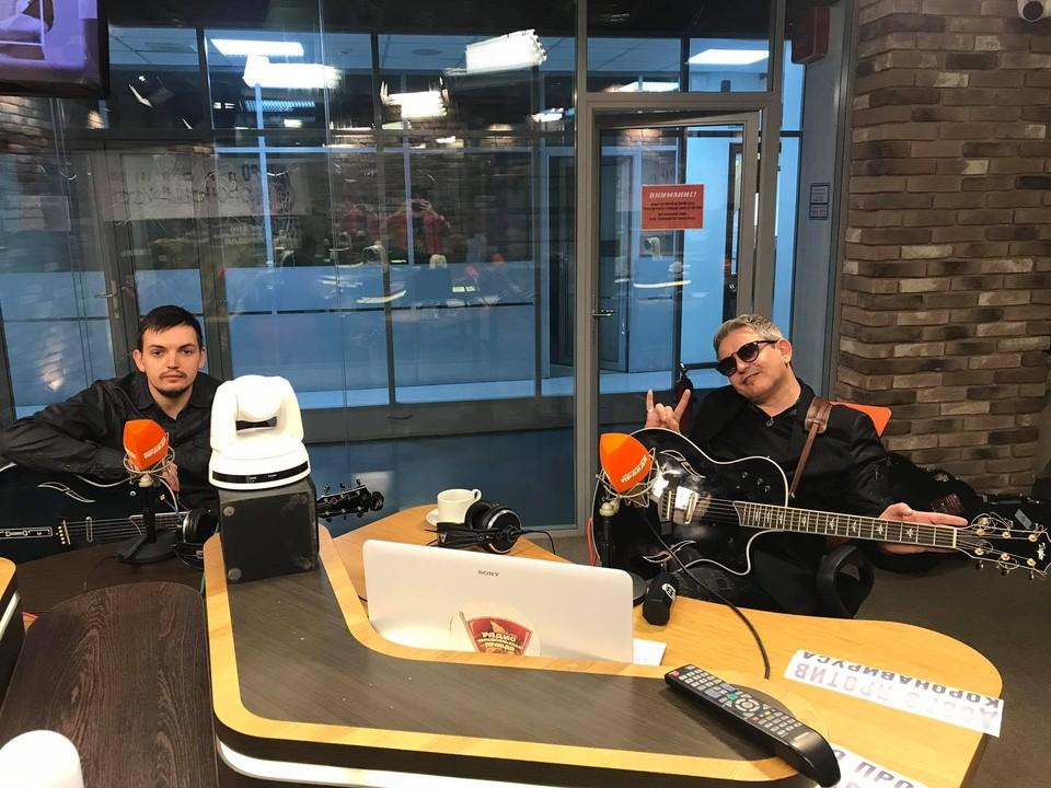 Иван Демьян, лидер группы «7Б» и Влад Демьян, лидер группы «VID» в студии Радио «Комсомольская правда».