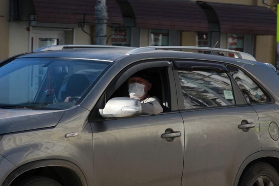 В автомобиле также надо ездить в маске.