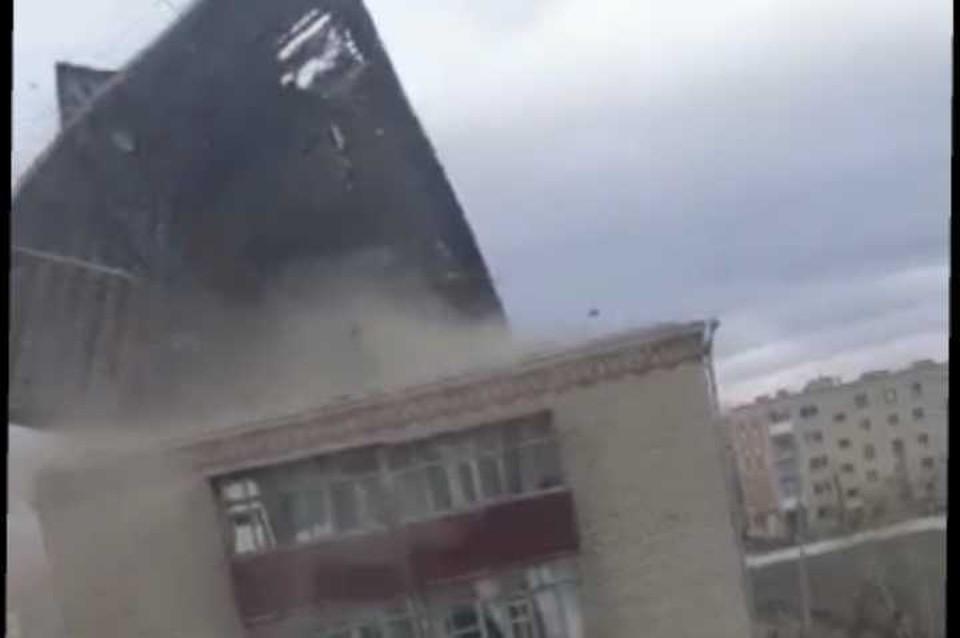 Крышу пятиэтажного дома снесло ветром в Кокшетау
