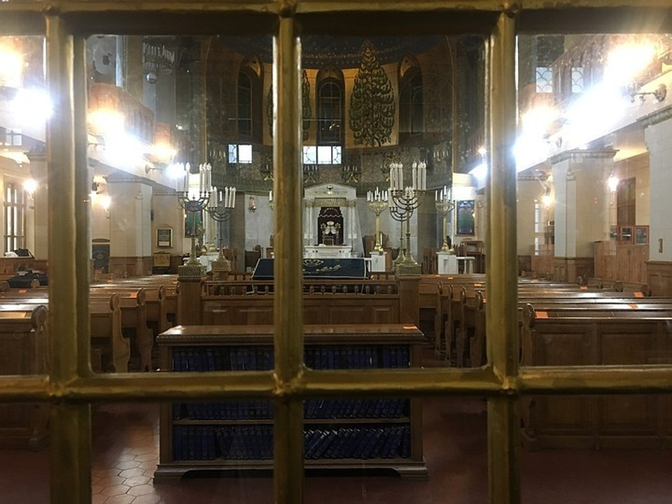 Внутрь церкви не пускают