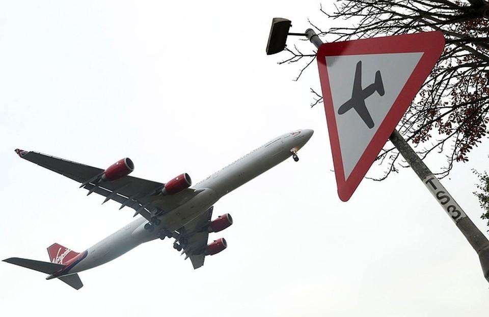 Снижение объемов перевозок с помощью воздушных судов связано с введенными ограничениями в связи с предупреждением распространения коронавирусной инфекции.
