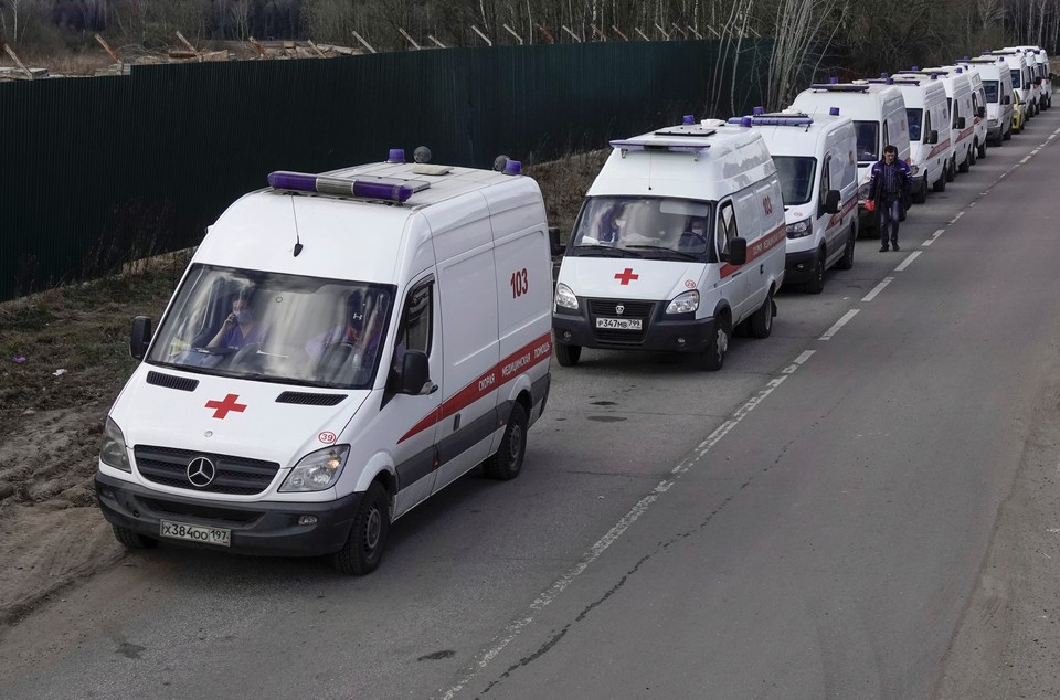 Видео, на которых десятки автомобилей скорой помощи выстроились в очередь на въезде в Федеральный клинический центр в Химках облетели социальные сети.