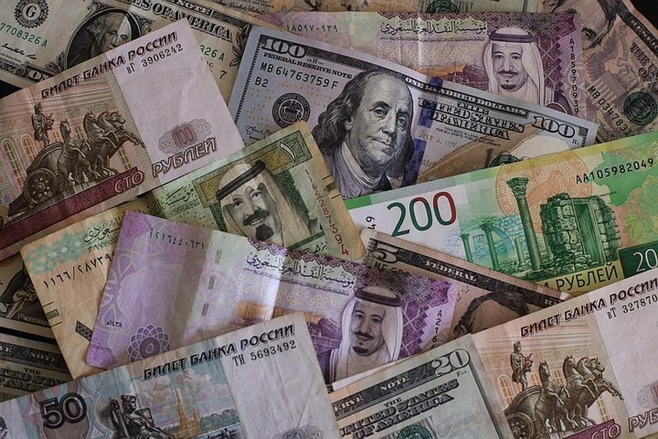 В начале торгов на Московской бирже курс американской валюты снизился по отношению к рублю на 1 процент, опустившись до отметки в 73,43 рубля.