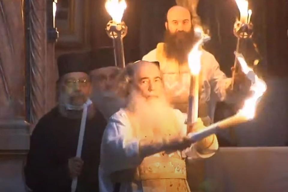 Верующие по всему миру приветствуют схождение Благодатного огня в Храме Гроба Господня в Иерусалиме.