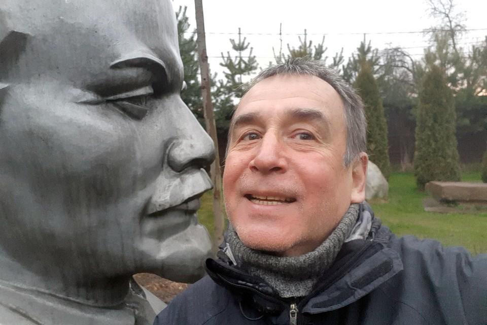 Ленин долго стоял на продаже на рынке на Егорьвском шоссе. Его никто не покупал. Цена кусалась. Я решился его приобрести и не жалею! Ленин, один из героев в моей работе!