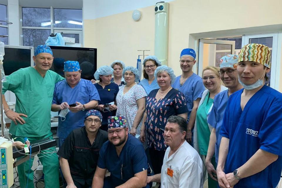 Иркутский детский хирург Юрий Козлов (крайний слева) и вся бригада врачей после операции. Фото: предоставлено Юрием Козловым