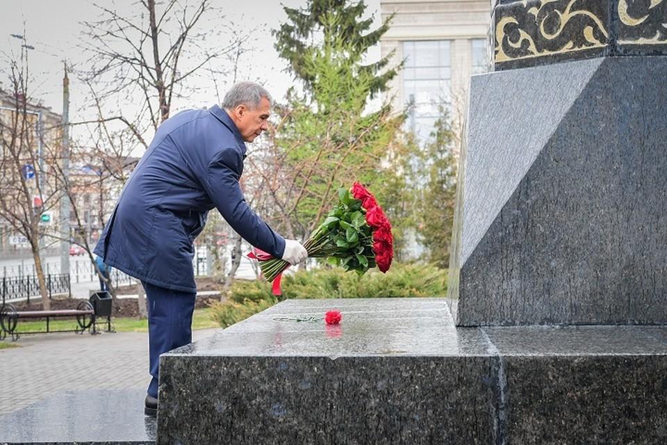 В день рождения великого татарского поэта Рустам Минниханов возложил цветы к его памятнику